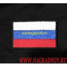 Футболка черного цвета с вышитым на рукаве флагом России